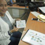 foto de funcionaria de salud con los manuales de señalización