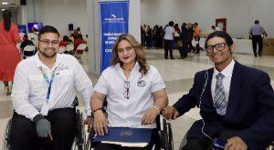 Foto de funcionarios con discapacidad en silla de ruedas durante el evento