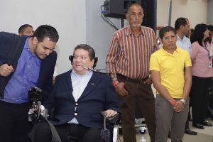 Foto de persona con discapacidad conversando durante el evento