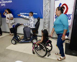 Foto de personas con discapacidad en silla de ruedas durante el evento