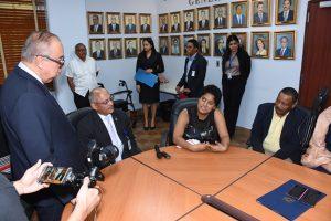 Foto de Director General de la Caja de Seguro Social conversando en el salón de reuniones