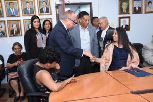Fotos del Director General saludando a Directora Nacional de Servicios al Asegurado