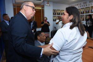 Fotos de Director General saludando a funcionaria