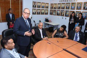 Fotos de Director General dando unas palabras a funcionarios con discapacidad