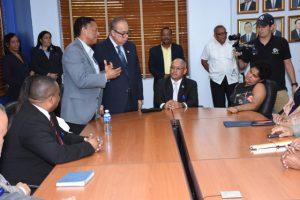 Foto de Presidente de la junta directiva dándole la bienvenida a personal con discapacidad