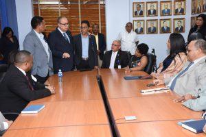 fotos de director general reunido con funcionarios