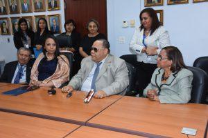 foto de funcionario con discapacidad visual conversando durante la reunión