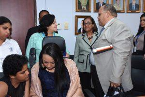 Foto de reunión con funcionarios con discapacidad