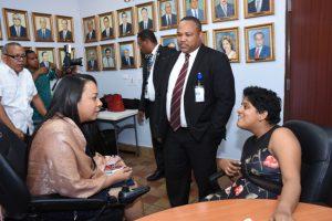 Foto de Director Ejecutivo Nacional de Innovación y Transformación conversa con funcionarias discapacitadas
