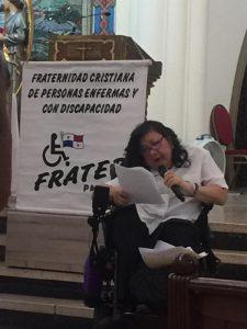foto de persona con discapacidad leyendo documento en la iglesia