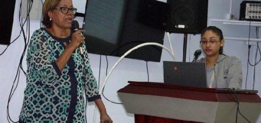 imagen de la Licenciada Cielo dando sus palabras durante la reunión