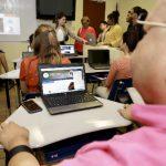 Usuario con discapacidad visual utilizando la computadora presentando el sitio web de discapacidad