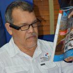 Prueba de lentes con persona con discapacidad visual con una revista