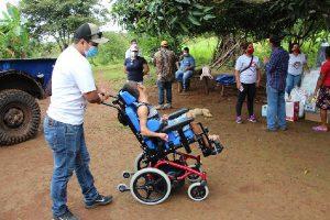 Personal con la persona con discapacidad sentado en el coche