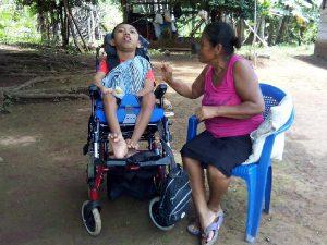 persona con discapacidad sentado en el coche junto a su familiar